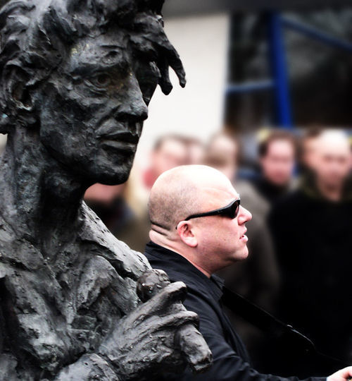 Black Francis sings near the statue of Herman Brood in Brood's hometown of Zwolle. Natives of Zwolle are called Bluefingers.