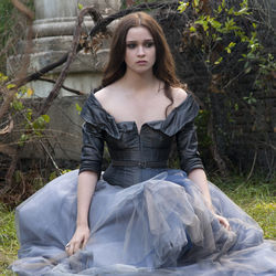 Beautiful creature, Alice Englert as Lena Duchannes.